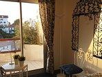 Chambre à deux lits, agréable et lumineuse avec stores occultants pour la nuit
