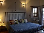 Suite com varanda privativa. En-suite with private balcony. Bed super king size, 6 pillows,WI-FI,TV