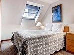 Master bedroom w/ Queen size bed