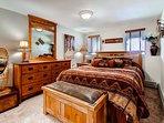 Downstairs bedroom 2 w/ Queen size bed