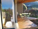 Angle terrasse en hiver. Table basse lumineuse dans le salon .