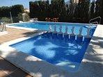 Gran piscina y piscina de niños