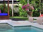 Villa Bulan Madu - Bale, sunloungers and garden