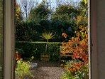La porte d'entrée avec vue sur le jardin en automne.