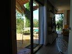 Terrasse vue depuis coin cuisine.