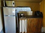 cuisine aménagé: frigo, feux gaz, micro-onde, cafetière.