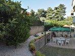 giardino con tavolo ed ombrellone