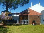 bungalow con aparcamiento, jardin y parque infantil