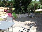 Votre terrasse privée de 45m2 plein sud avec l'ombre du grand catalpa.