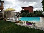panoramica sul prato, solarium, piscina, angolo relax ed angolo break