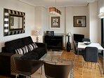 Salón con cocina americana; con TV, WIFI, mesa-comedor y acceso a terraza con vistas al mar