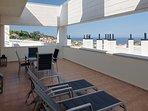 Amplia terraza, con vistas al mar, a Luanco,y con hamacas, mobiliario exterior y mesa-comedor.