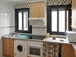 Cocina independiente con lavavajillas, nevera, horno, vitro, campana.