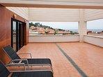 Terraza con vistas al mar y a Luanco.  Con hamacas, mesa comedor y sillas.  Mobiliario externo.