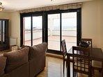 Salón-comedor con TV, equipo de música y acceso a terraza con vistas al mar.  Es salón independiente