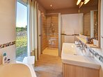 Seepark-Ferienhaus, large bathroom, shower 100x100cms