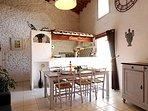 Un grand salon séjour lumineux et haut de plafond sur cuisine américaine