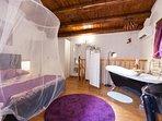 camera da letto con vasca da bagno