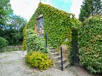 THE HAYLOFT, luxury holiday cottage, with a garden in Lastingham, Ref 1571