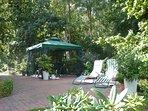 Haus am Wald in Zingst - Außenbereich / Terrasse zur Fewo-Kombi am SW-Giebel des Hauses mit Pavillon