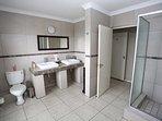 Deluxe Room 1 en-suite bathroom