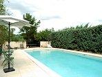 Bains de soleil au bord de la piscine