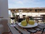Ferienhaus Oleander - Die untere Dachterrasse mit Sitzgruppe
