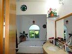 Baño completo con ducha y jacuzzi del dormitorio principal