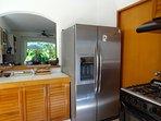 Cocina con refrigerador con agua purificada y hielo