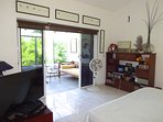 Dormitorio principal con terraza y canape