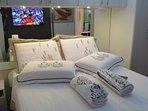 SmartTV em frente da cama, DVD, Rádio com AM, FM e CD e amplos armários para guarda de roupas