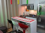 Ambiente agradável, com objetos baseados nas cores primárias do pintor Piet Mondrian