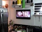 TV, home theather com blue ray e detalhes da cozinha e das flores ornamentais