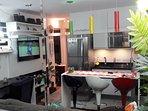 Vista dos sete ambientes: estar, jantar, cozinha, TV e home theather, adega de vinhos e jardins