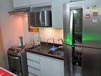 A cozinha possui todos os utensílios necessários para cozinhar e se alimentar no próprio apartamento