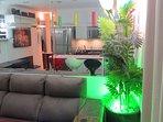 Sete ambientes conjugados: estar, jantar, cozinha, TV e home theater, escritório, adega e jardim.