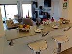 Bar de la cuisine avec vue sur le salon/mer