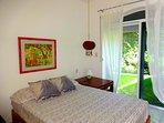 Dormitorio cama matrimonial en planta baja con acceso directo al jardín privado