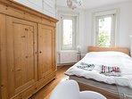 Schlafzimmer mit 140cm Bett