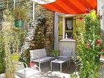 Entrée intimiste de la maison des Jardins de Marlo avec petite terrasse plein sud