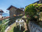 the private garden with lake views, for relax, sunbathing or romantic dinners