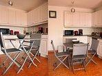 Cuisine ouverte de l'appartement entièrement équipée avec four, grille pain, machine à café etc ...