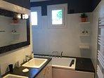 Salle de bain avec double vasque et baignoire, à l' étage.