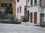 Piazzetta con fontana antistante l'abitazione