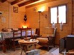 Coin repas et salon avec poêle à bois pour profiter de soirées cocoonings