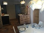 In het vakantiehuis/molen een moderne, ruime keuken met zes persoons eethoek en apparatuur