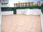 Terraza trasera particular, muy útil sobre todo si  hay niños. Se puede poner piscina, bbq y juegos.