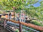 Le cottage est encadré d'une terrasse avec vue mer.