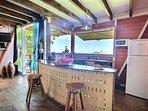 La cuisine équipée ouverte sur le salon avec vue sur la mer