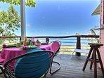 La terrasse à laquelle on accède depuis le salon, vue mer et table pour les repas.